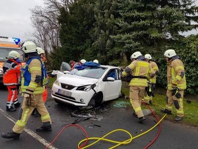 22.02.2018: Feuerwehr befreit eingeschlossenen PKW-Fahrer nach Verkehrsunfall