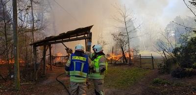 2020-04-21: Feuer zerstört Gartenhaus und greift auf Waldgebiet über