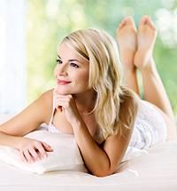 Frau auf Bett